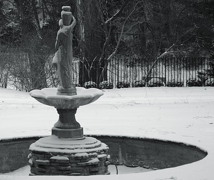 Winter statue    (click for previous picture)